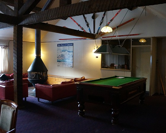 Guest lounge with pool table